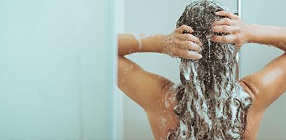 Tomar banho com água quente aumenta a queda de cabelo.