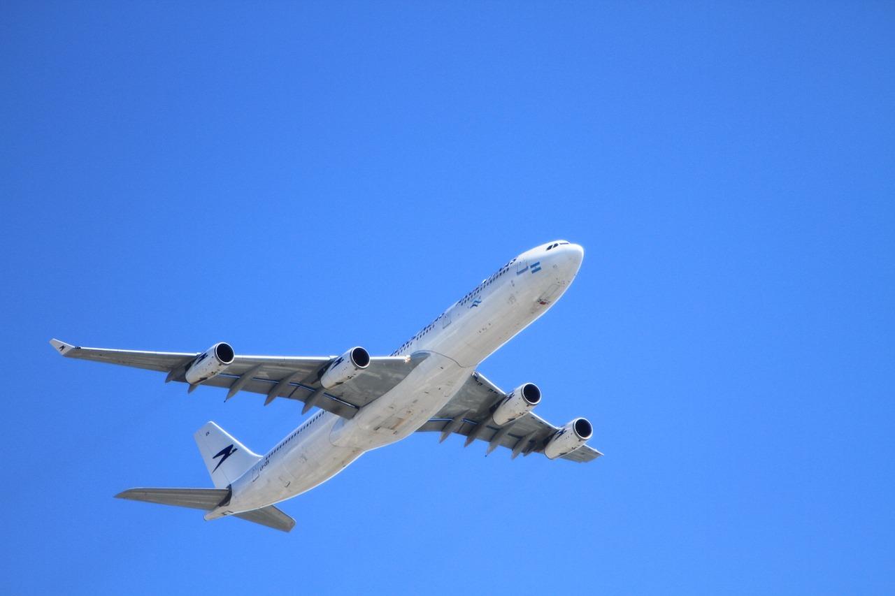 Voar de avião ou ficar sempre perto de antenas de celulares e torres de energia aumenta o risco de desenvolver câncer?