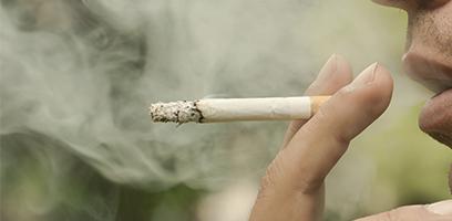 Fumar aumenta os riscos de pneumonia.