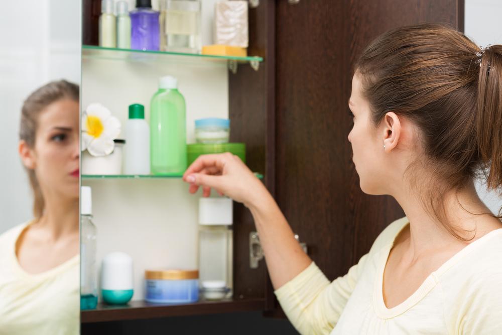 Não devo guardar medicamentos na cozinha ou no armário do banheiro